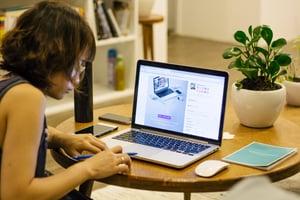 woman-desk-macbook-pro-pen-68761